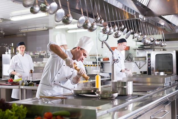 レストランのキッチンで料理人の仕事。 Premium写真