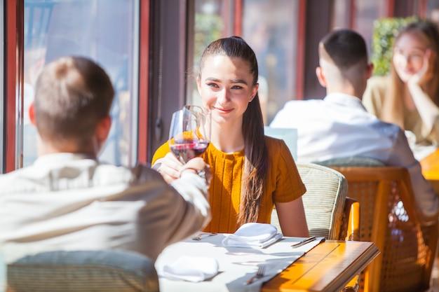 友人の会社は、レストランでの会議を祝います。 Premium写真