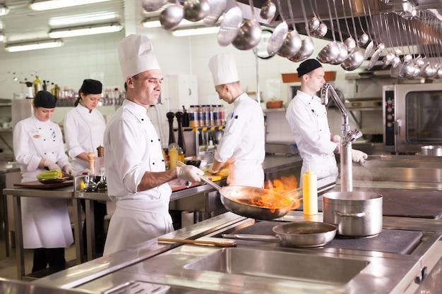 Работа повара на кухне ресторана. Premium Фотографии