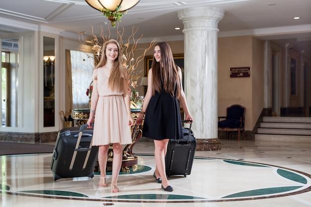 Роскошный пятизвездочный отель приветствует гостей на выходных. Premium Фотографии