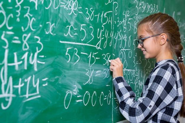 子どもたちは小学校で数学をします。 Premium写真