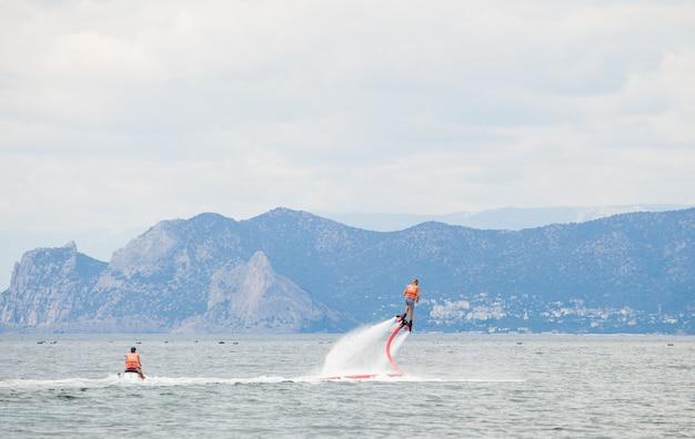 海でフライボーディングをしている男性。 Premium写真