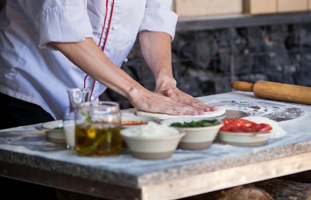 レストランで準備ピザを調理します。 Premium写真