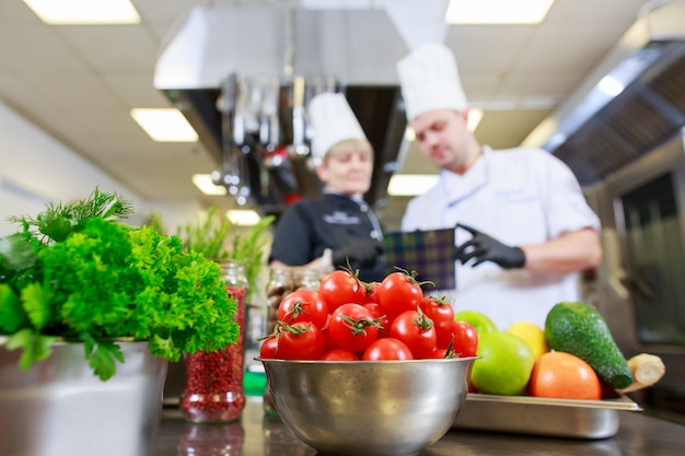 レストランのキッチンで夕食の準備をします。 Premium写真