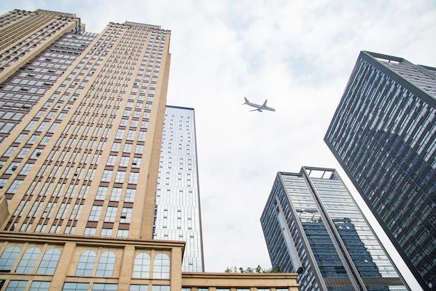 ビジネスビルを見上げる 無料写真