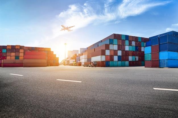 産業港とコンテナ敷地 無料写真
