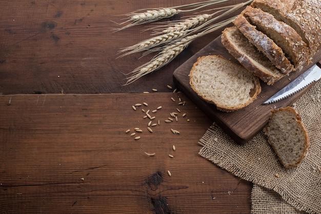 テーブルにライ麦スライスされたパン 無料写真