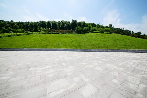 スカイラインのある現代都市広場の長い空の歩道 無料写真