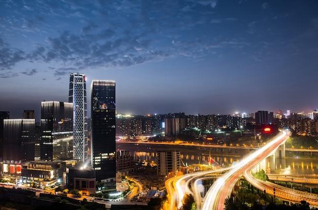 チョン・チョウの紫色のライトショーと夜の都市交流オーバーロード 無料写真
