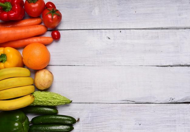 Стол с фруктами и овощами Бесплатные Фотографии