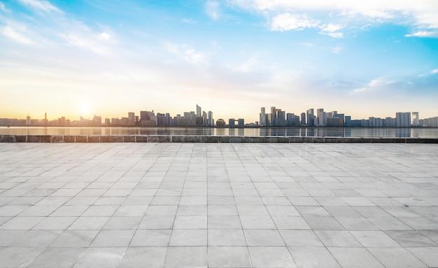 空のコンクリートの正方形の床、杭州、中国とパノラマのスカイラインと建物 Premium写真
