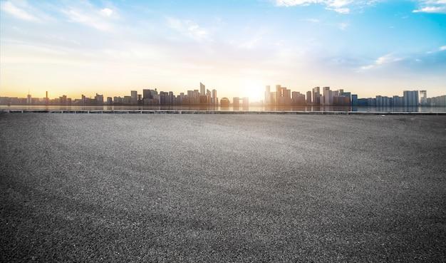 中国の近代的な都市のランドマークの建物と空の道路床面 Premium写真