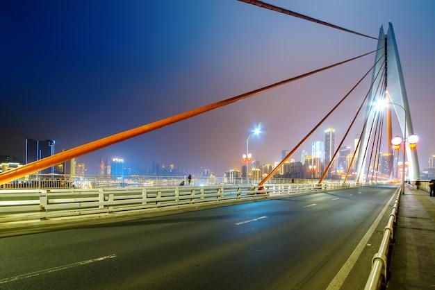 Скоростная дорога на мосту через реку янцзы и современный городской пейзаж в чунцине, китай Premium Фотографии