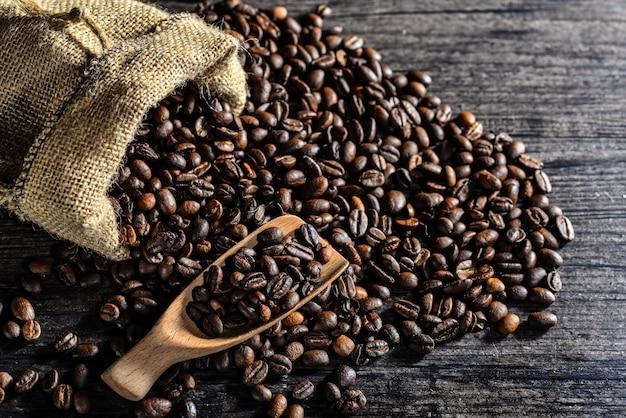 木製スプーン、コーヒー豆のキャンバスバッグの上面図 無料写真