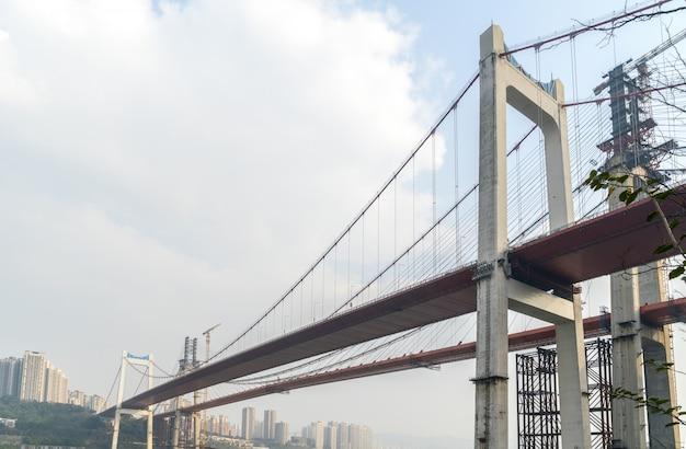 中国重慶で建設中の橋 Premium写真