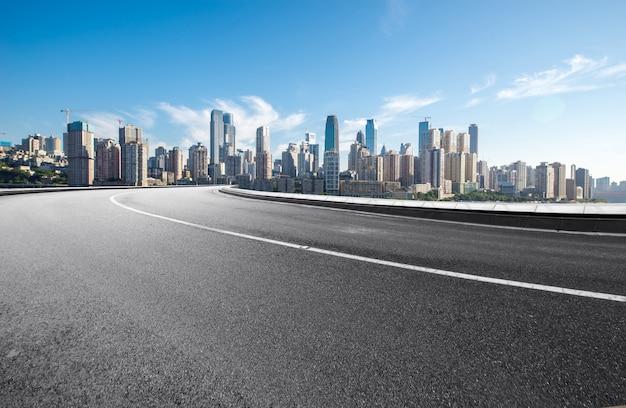高速道路と近代的な街のスカイラインは中国の重慶にあります。 Premium写真