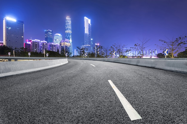 高速道路と近代的な街のスカイラインは中国の広州にあります。 Premium写真