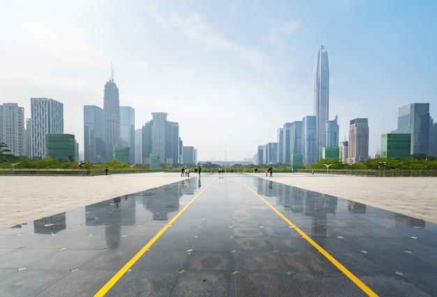 パノラマスカイラインとシンセン、中国の空のコンクリートの正方形の床の建物 Premium写真