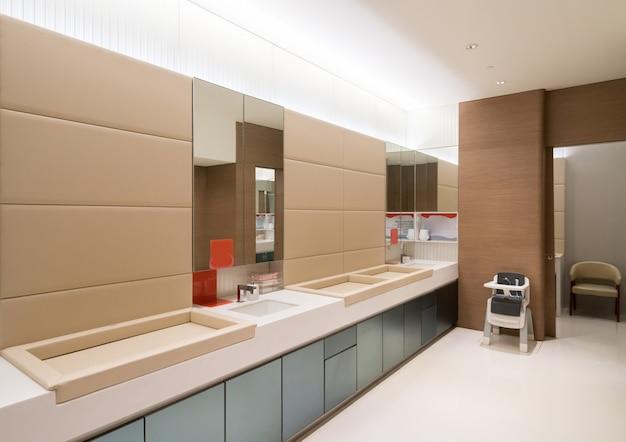 Общественные туалеты для мам и малышей в торговых центрах Premium Фотографии