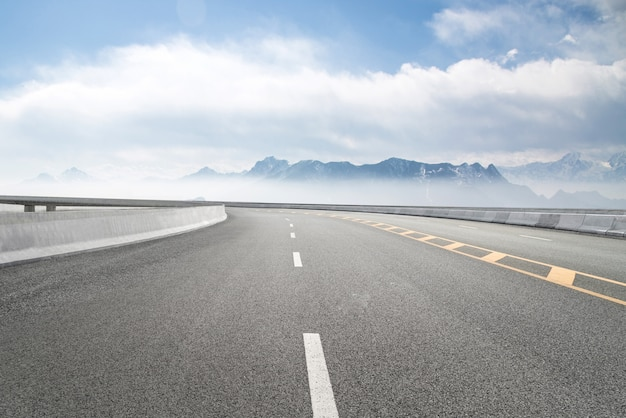 空の高速道路と遠くの山々 Premium写真