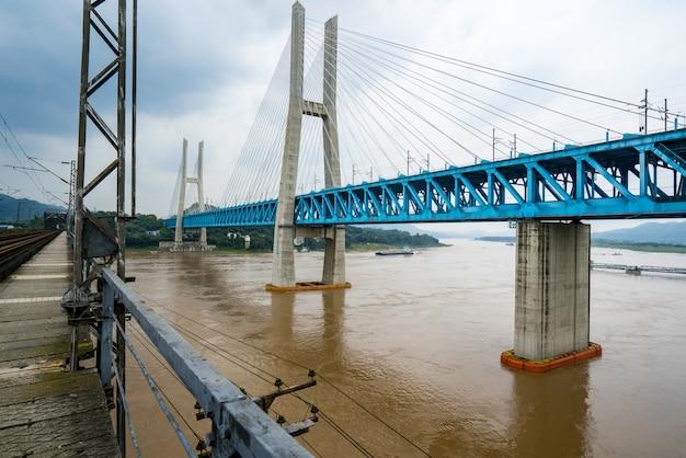重慶揚子江金属鉄道橋、中国 Premium写真