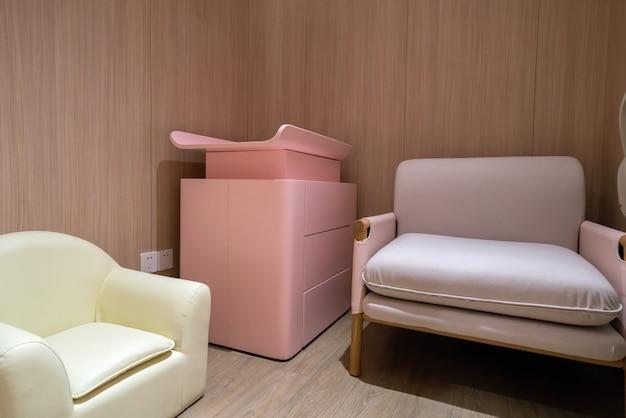 ショッピングモールの母親と赤ちゃん用の公衆トイレ Premium写真