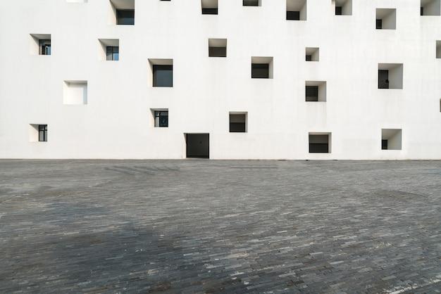 Пустые этажи и белые окна Premium Фотографии