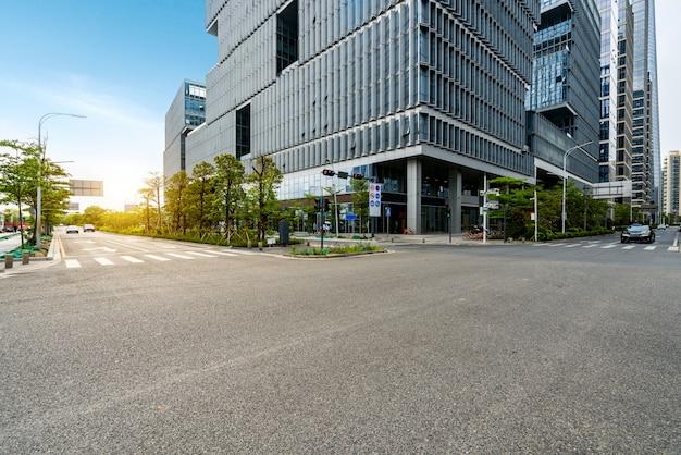 Пустое шоссе с городским пейзажем и горизонтом шэньчжэня, китая. Premium Фотографии
