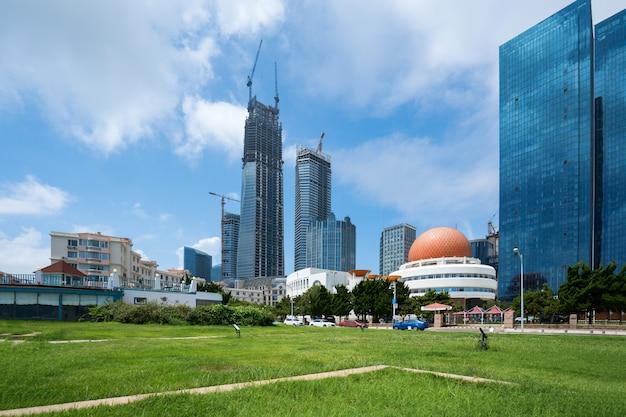 中国青島の公園芝生と近代都市建築 Premium写真