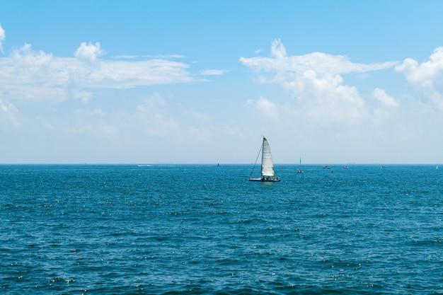 海に漂うヨット Premium写真