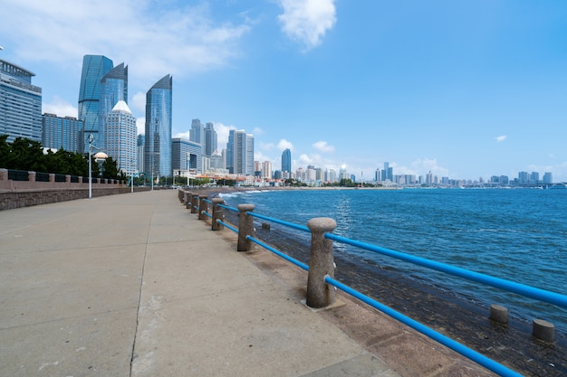 Площадь марина и современный городской пейзаж в циндао, китай Premium Фотографии
