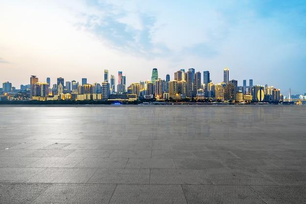 Панорамный горизонт и здания с пустым бетонным квадратным полом Premium Фотографии