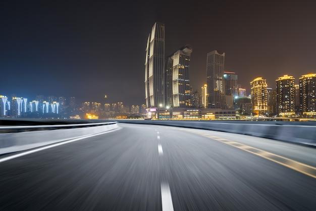Скоростная автомагистраль и современный городской пейзаж Premium Фотографии