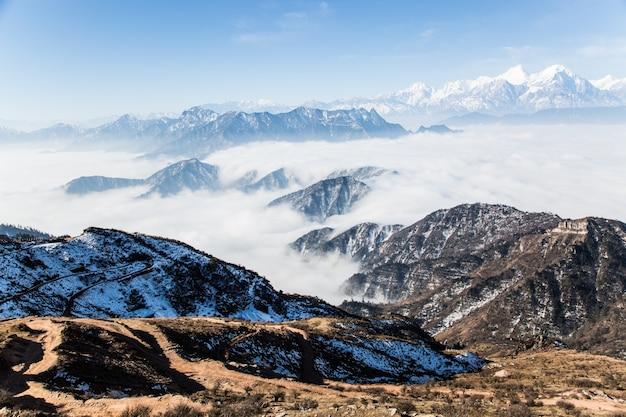 山を覆っている雲 無料写真