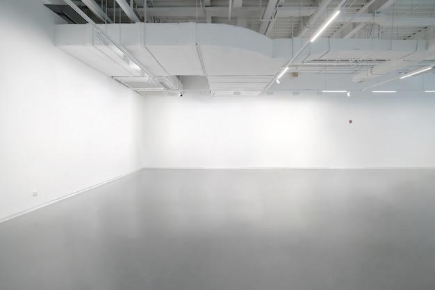 Белые стены и серые цементные полы во внутреннем пространстве Premium Фотографии