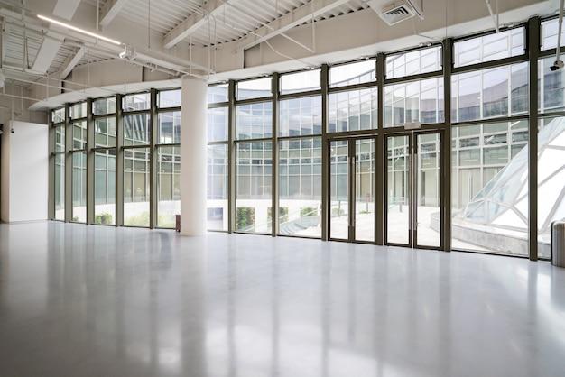 Выставочный зал, прихожая и стеклянные окна Premium Фотографии
