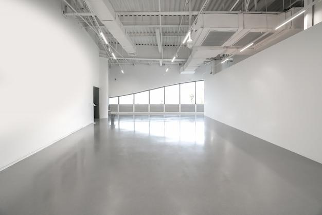 内部空間の白い壁と灰色のセメントの床 Premium写真