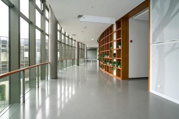 展示ホールのエントランスホールとガラス窓 Premium写真