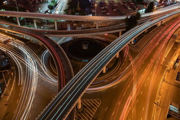 中国、重慶の円形高架と近代的な都市建築 Premium写真