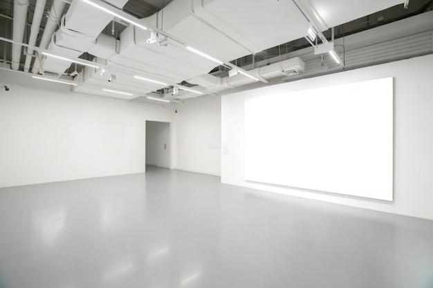 Музей современного искусства. пустая галерея, внутреннее пространство, белые стены и серые полы Premium Фотографии
