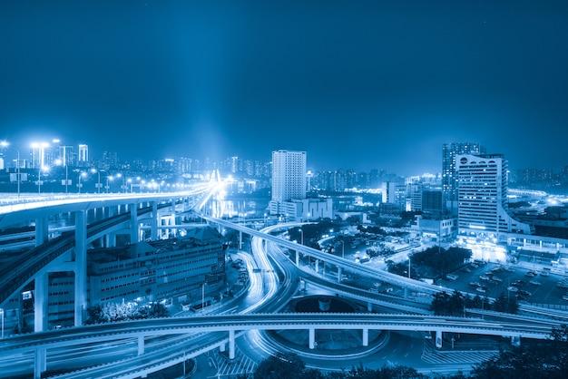 中国重慶の円形高架と近代的な都市建築 Premium写真