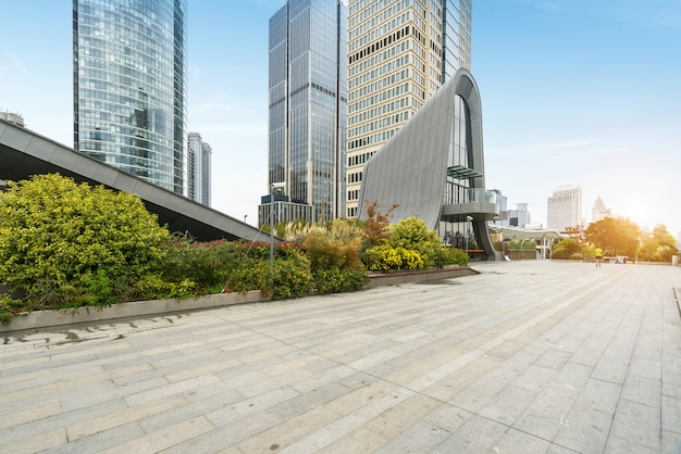 パノラマのスカイラインと空のコンクリートの正方形の床、上海、中国の建物 Premium写真