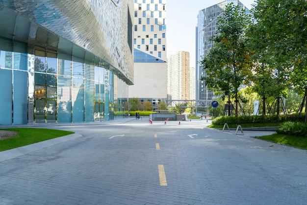 パノラマスカイラインと空のコンクリートの正方形の床、前江新市街、杭州、中国の建物 Premium写真
