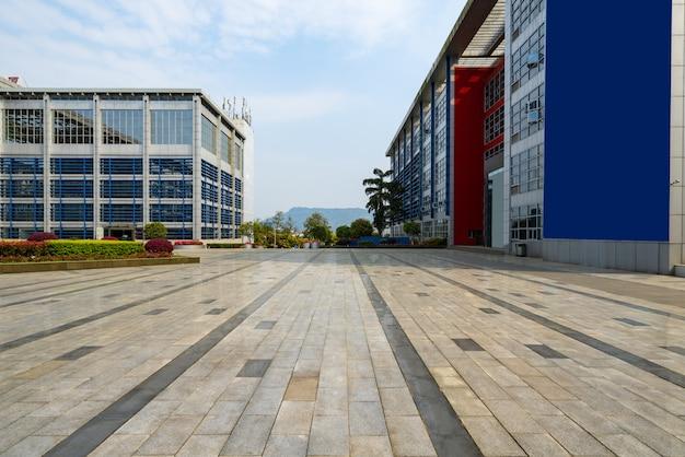空の床と中国重慶サイエンスパークのオフィスビル Premium写真