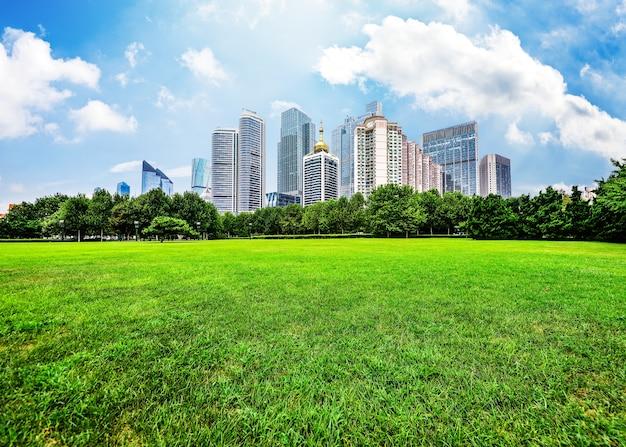 Большие здания вид с поля Бесплатные Фотографии