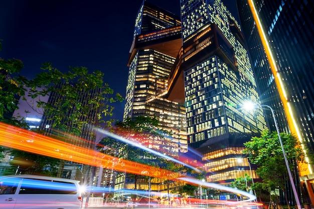 夜の街の道路上の車のぼかしモーションの抽象的なイメージ Premium写真
