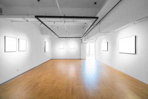 Современное музейное искусство, пустое пространство галереи, белые стены и деревянные полы Premium Фотографии