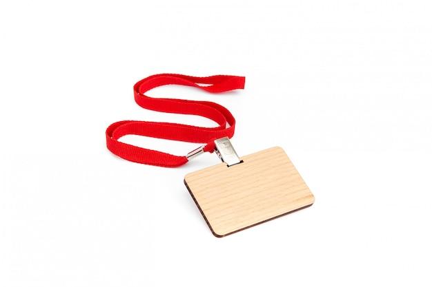 赤いレースの木で作られた空白のバッジ。 Premium写真