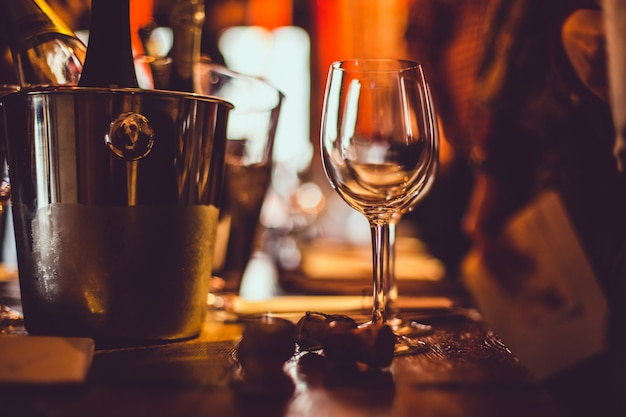 Дегустация вин: на дегустационном столе рядом с брошюрами стоит пустой стакан Premium Фотографии