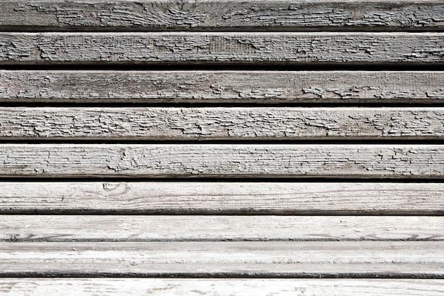 ひびの入った塗料で木製のベンチ。 Premium写真